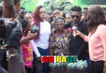 [Video+Photos] Shatta Wale Sprays Cash On Excited Fans At Nima Market