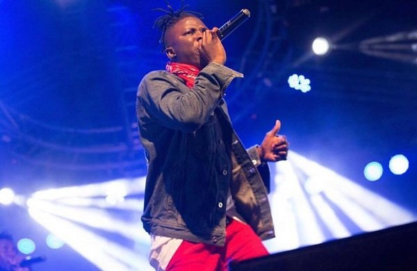 Video: Stones thrown at Stonebwoy at the Ashaiman concert ~ He threatened to shoot the fans with a pistol