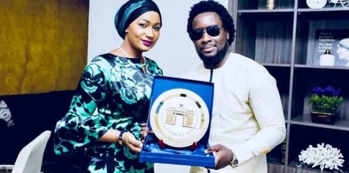 Samira Bawumia awards Sonnie Badu with a gold plaque