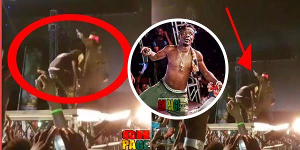 S Concert: Shatta Wale gave a hot Slap to His Bodyguard On Stage For Allowing A Fan To hold his leg(Video)