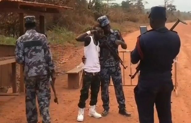 Video: Police Officers took turns to take a picture with Patapaa and Ghanaians can't think far