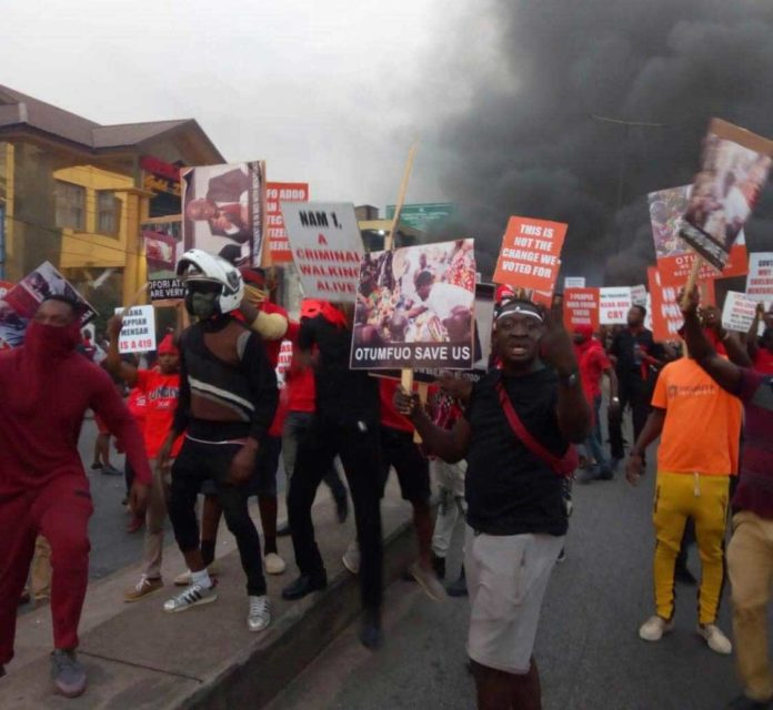 Menzgold customers block roads and burn tyres as they stage their major demo in Kumasi [Photos]