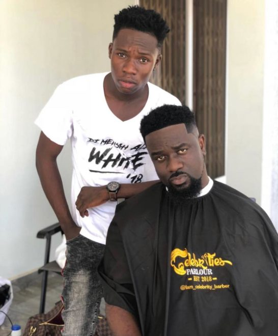 Celebrity barber with Sarkodie 546x660 - Shatta Wale, Sarkodie pay 1500, 500 cedis respectively for their haircut