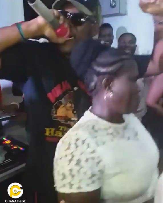 Medikal Fella Makafui mom - Fella Makafui buys KIA Optima car for mother,opens a new supermarket