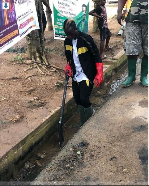 Patapaa cleanup - Patapaa joins his community members to do clean-up exercise