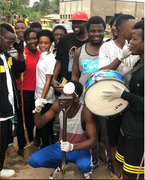 Patapaa cleanup1 - Patapaa joins his community members to do clean-up exercise