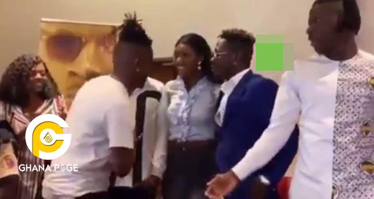 Yawa oo: Kelvyn Boy embarrasses Wendy Shay at the Shatta-Stonebwoy peace conference [Video]