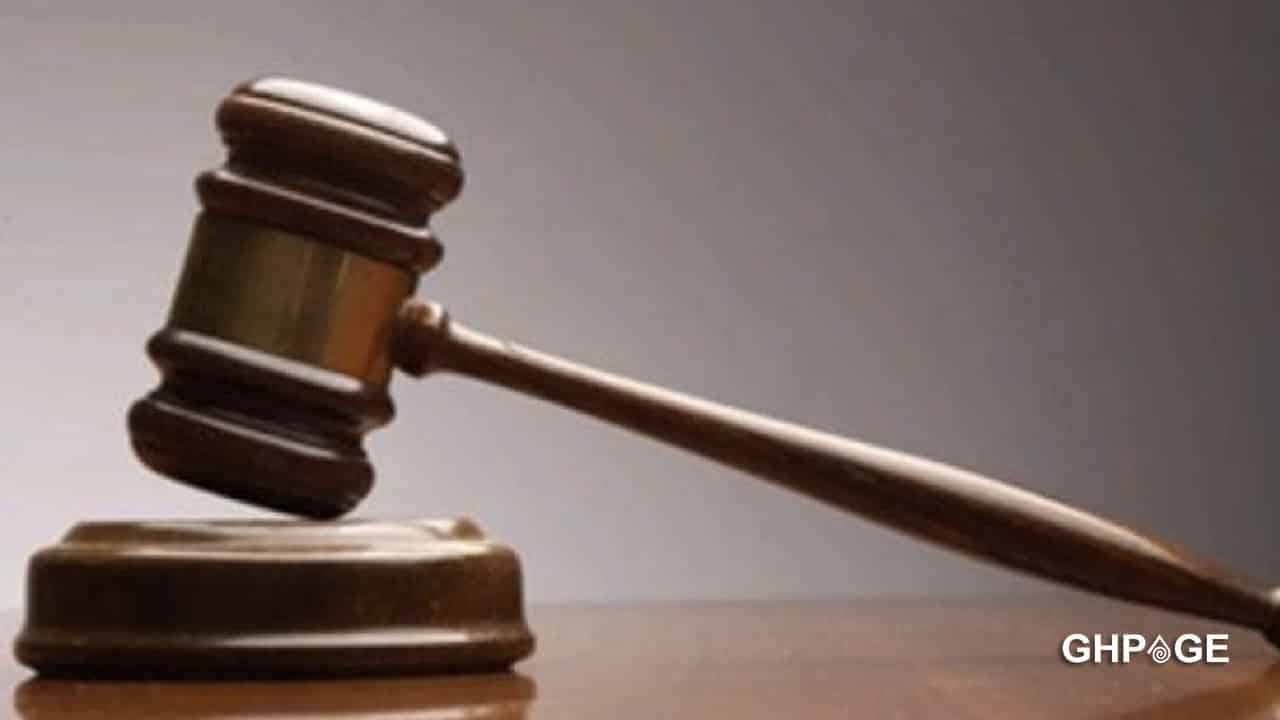 Thieves break into a courtroom, steal several items