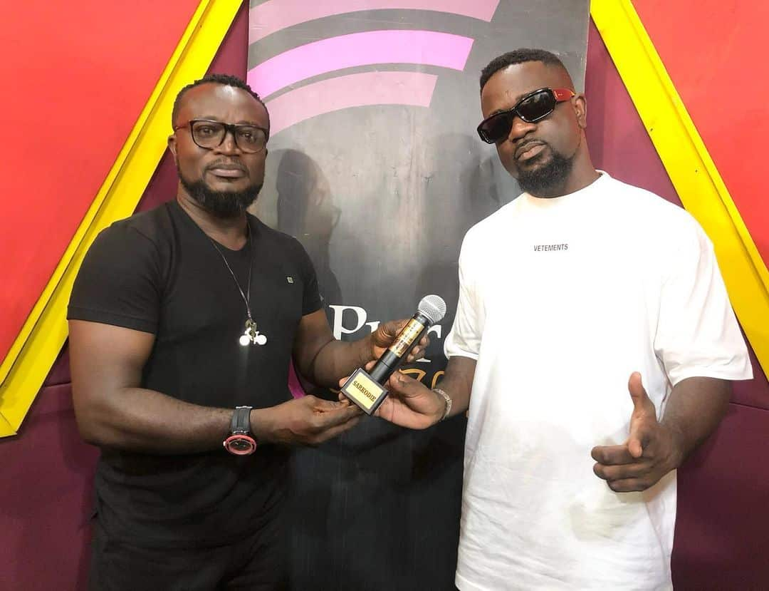 VIDEO: Sarkodie gifted customized microphone for being the 'fastest rapper'